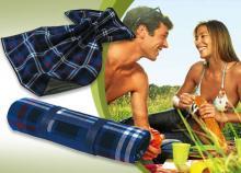 Kockás pikniktakaró, alján védőréteggel bevonva, hordozófüllel és kék színben, az önfeledt piknikekért