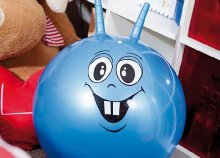 Felfújható ugráló labda fogantyúval, vidám mintával, kék színben és 55 cm-es átmérővel!