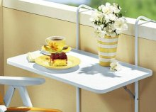 Praktikusan kinyitható, egyszerűen a korlátra helyezhető, időjárás- és vízálló balkonasztal