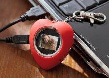 Digitális fotókeret kulcstartóval, karabinerrel és USB csatlakozóval