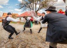 Tavaszköszöntő húsvéti locsolkodás Hollókőn