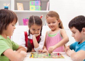 253 féle családi játékgyűjtemény bábukkal, leírásokkal, táblákkal, dobókockákkal és kártyapaklival