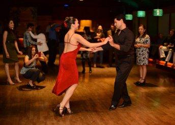 Ismerj meg új embereket, sajátítsd el napjaink egyik legnépszerűbb táncának alapjait szuper salsa tanfolyamon!